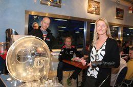 Teamchefin Andrea Falk bei der Kartauslosung